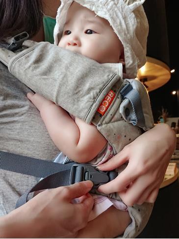 Florine在背巾裡很愛咬口水巾