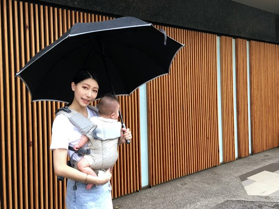 下雨天時,背巾也是非常棒的育兒好物,撐一把傘就能俐落行動