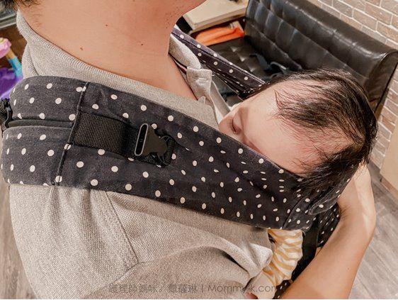 護理師媽咪katherine試揹BECO雙子星寶寶在揹巾上馬上睡著