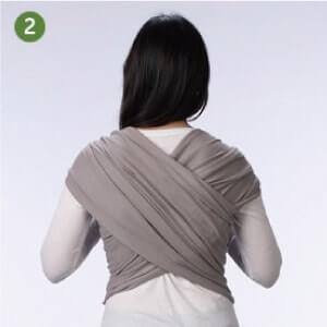 Boba包裹式背巾基本揹法步驟說明:2.將揹巾兩側布體在背後交叉