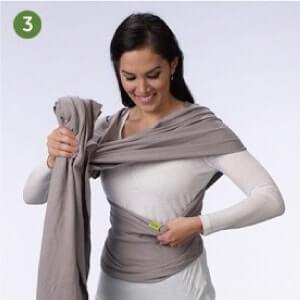 Boba包裹式背巾基本揹法步驟說明:3.將揹巾兩側布體抓好,塞進身上有logo的揹巾布體,並保持緊度